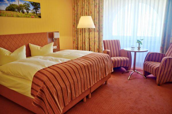 Doppelzimmer Rügen – Gemütliches Hotelzimmer mit Doppelbett im Centralhotel Binz an der Ostsee auf Deutschlands größter Insel