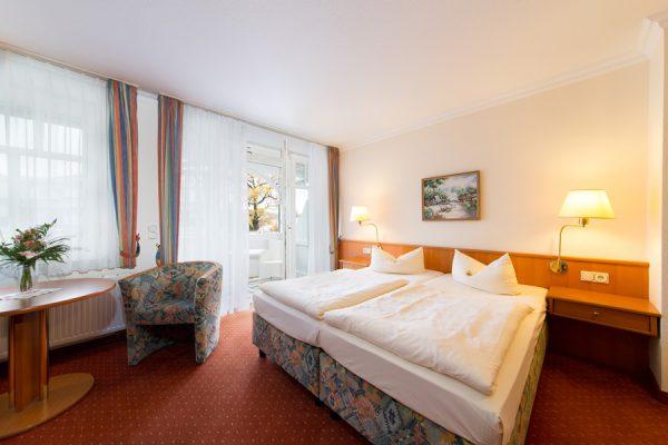 Binz Rügen Appartement – Schlafzimmer mit Balkon und Doppelbett im Centralhotel Binz – Urlaub direkt an der Ostsee