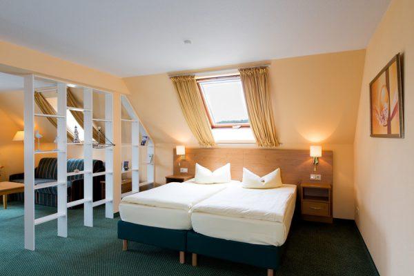 Schlafzimmer der Juniorsuite im Centralhotel Binz auf der Insel Rügen – Hotelzimmer an der Ostsee