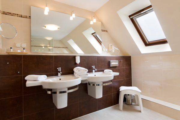 Bad im Komfort Doppelzimmer im Centralhotel Binz auf der Insel Rügen – Hotel im Ostseebad Binz in MV