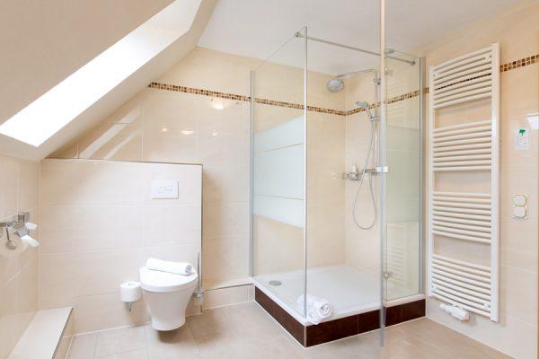 Bad im Komfort Doppelzimmer im Centralhotel Binz auf Rügen – Hotel 3 Sterne im Ostseebad Binz