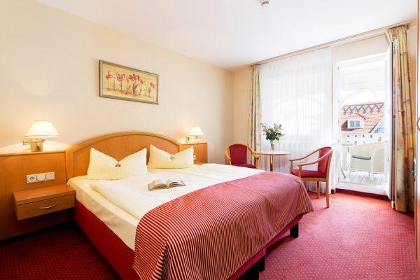 Hotel Binz mit schönem Blick– Modernes Zimmer mit Doppelbett und Balkon im Centralhotel auf Rügen