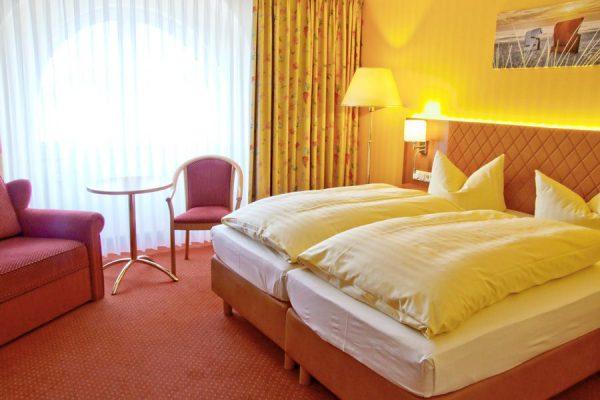 Freie Ferienwohnungen im Ostseebad Binz auf Rügen – Modernes Schlafzimmer mit Doppelbett im Centralhotel