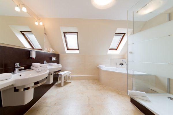 Bad mit Dusche und Badewanne in der Juniorsuite im Centralhotel Binz auf Rügen