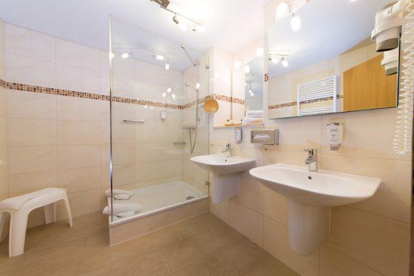 Badezimmer in der Suite im Centralhotel Binz – 3 Sterne Hotel auf Rügen
