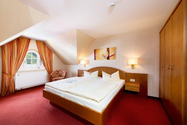 Schlafzimmer der Suite im Centralhotel Binz auf Rügen – Urlaub direkt am Meer