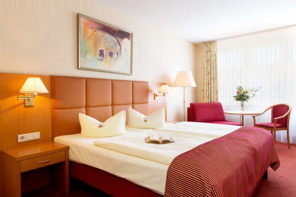 Ferienwohnungen auf Rügen – Modernes Doppelzimmer mit Doppelbett im Centralhotel Binz direkt am Meer