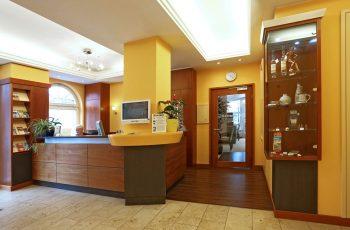 Rezeption im Centralhotel Binz auf Rügen – Urlaub last minute online günstig buchen