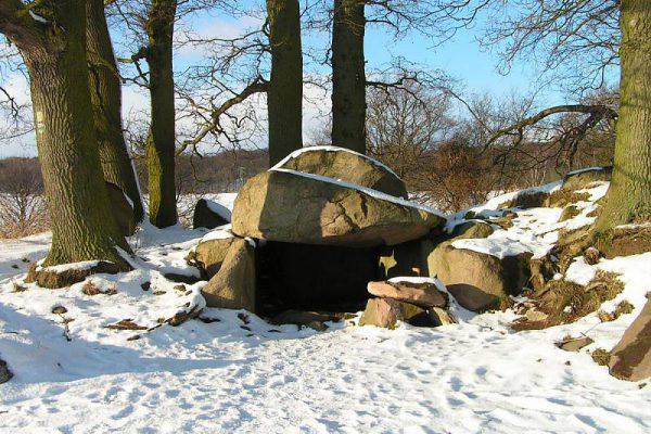 Großsteingrab auf Mönchgut – Angebote vom Centralhotel Binz für den Winterurlaub auf der Insel Rügen