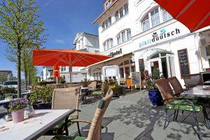 Restaurant im Ostseebad Binz auf Rügen – Terrasse vor dem plattdüütsch und Centralhotel direkt im berühmtesten Seebad Vorpommerns