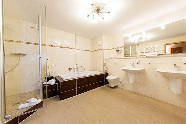 Ostseebad Binz auf der Insel Rügen – Suite im Centralhotels buchen – Badezimmer des 3 Sterne Hotels