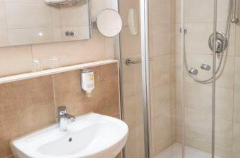 bad-mit-dusche-im-1-raum-apartment-in-binz-villa-mona-lisa-ruegen