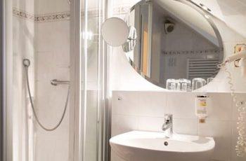 bad-mit-dusche-im-2-zimmer-appartement-ruegen-villa-mona-lisa-binz