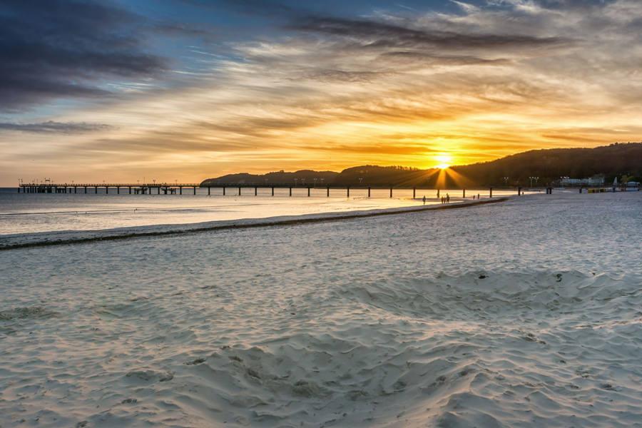 Sonnenaufgang über der Seebrücke im Ostseebad Binz auf Rügen am Valentinstag