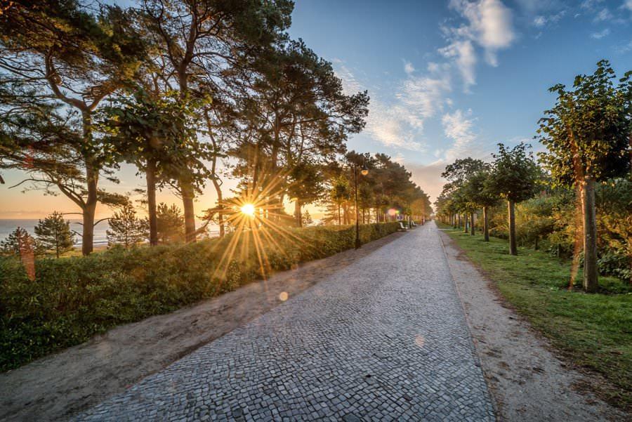 Sonnenaufgang über der Strandpromende im Ostseebad Binz auf Rügen