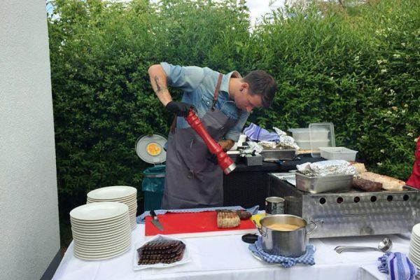 Zubereitung vom gegrilltem Essen im Restaurant Plattdüütsch im Ostseebad Binz auf Rügen