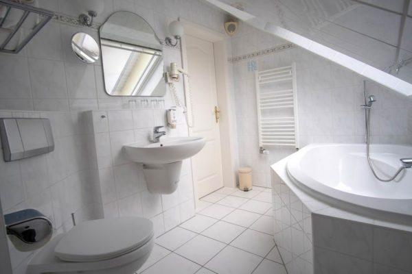 Bad mit Badewanne vom 2-Raum-Appartement der Villa Mona Lisa im Ostseebad Binz auf Rügen