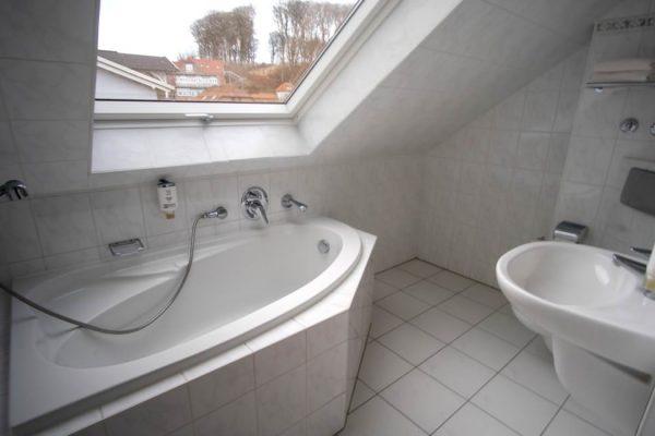 Badewanne im 2-Raum-Appartement der Villa Mona Lisa vom Centralhotel in Binz auf Rügen