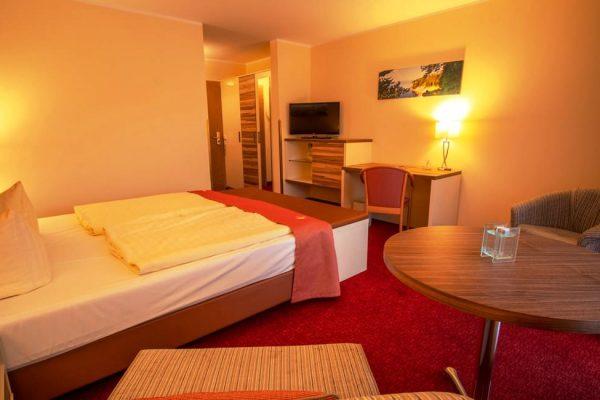 Bett im Doppelzimmer mit Balkon vom Centralhotel Binz auf Rügen