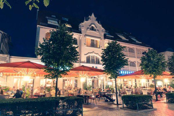 """Terrasse vom Restaurant """"plattdüütsch"""" im Centralhotel Binz auf der Insel Rügen"""