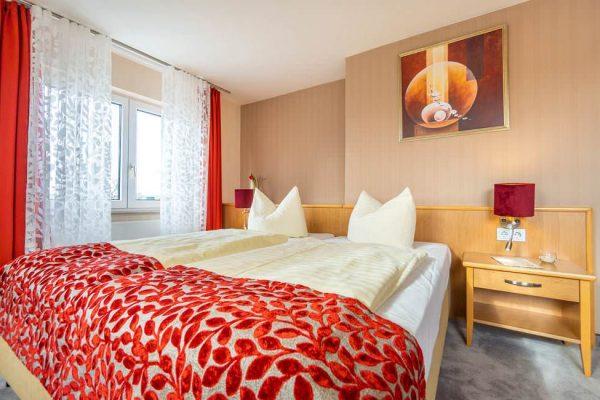 Schlafzimmerdoppelbett der Suite vom Centralhotel Binz auf Rügen