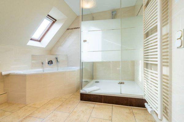 Badewanne und Dusche in der Junior-Suite im Centralhotel Binz auf Rügen