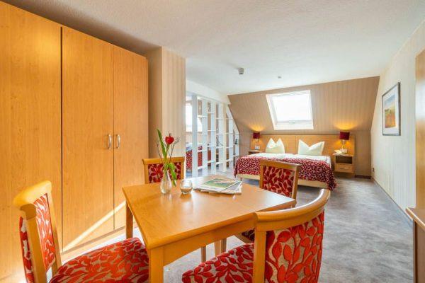 Tisch in der Junior Suite vom Centralhotel Binz auf der Insel Rügen